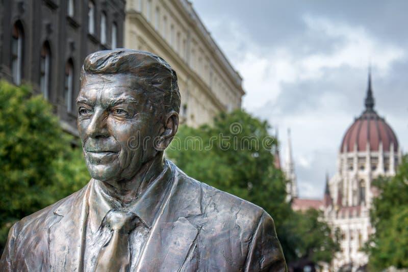 Βουδαπέστη, άγαλμα του Ronald Reagan και το Κοινοβούλιο στοκ φωτογραφία με δικαίωμα ελεύθερης χρήσης