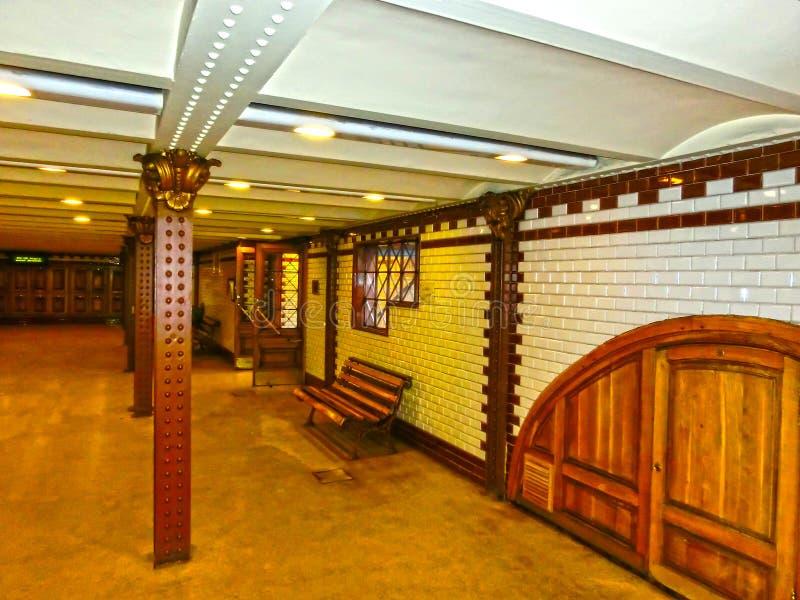 Βουδαπέστη, Ουγγαρία - 4 Ιανουαρίου 2015: Εσωτερικό του σταθμού μετρό στοκ εικόνες
