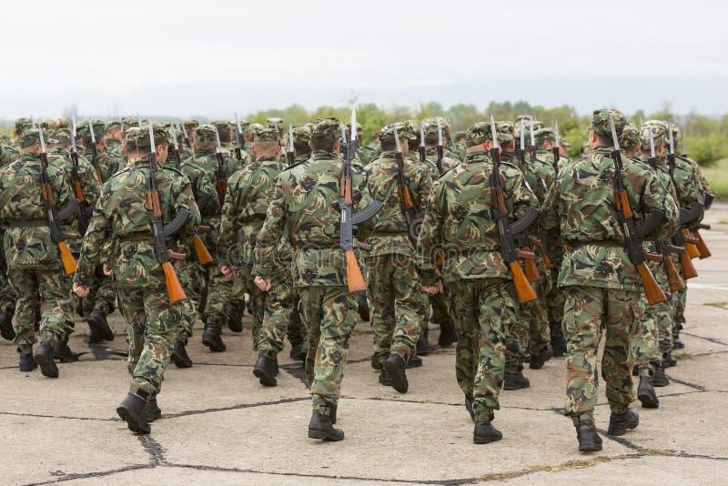 Βουλγαρικοί στρατιώτες στις στολές με τα τουφέκια καλάζνικοφ AK 47 στοκ φωτογραφία με δικαίωμα ελεύθερης χρήσης