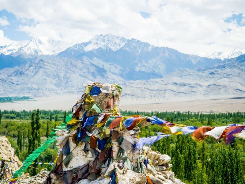 Βουδιστικές σημαίες προσευχής με το μπλε ουρανό και το βουνό στο υπόβαθρο στοκ φωτογραφία με δικαίωμα ελεύθερης χρήσης