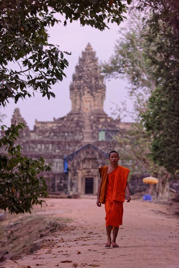 Βουδιστικός μοναχός, ναός Bakong, Καμπότζη στοκ φωτογραφίες