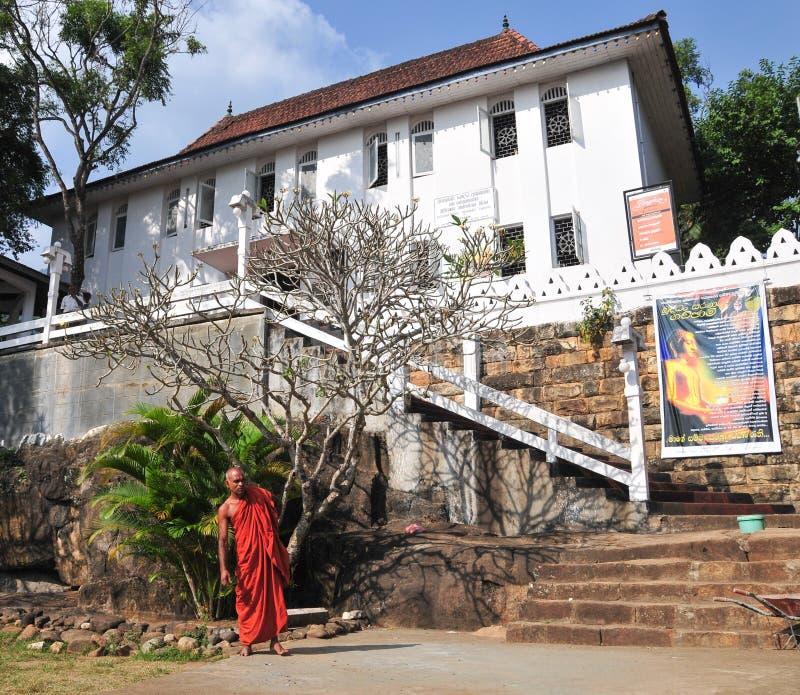 Βουδιστικός μοναχός σε ένα μοναστήρι στοκ εικόνες
