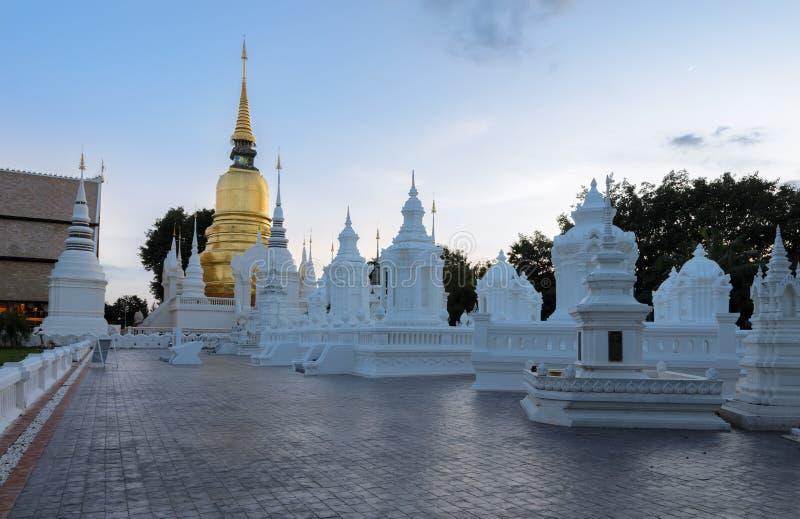 Βουδιστικός ναός Wat Suan Dok στο λυκόφως σε Chiang Mai, ταϊλανδικά στοκ εικόνες