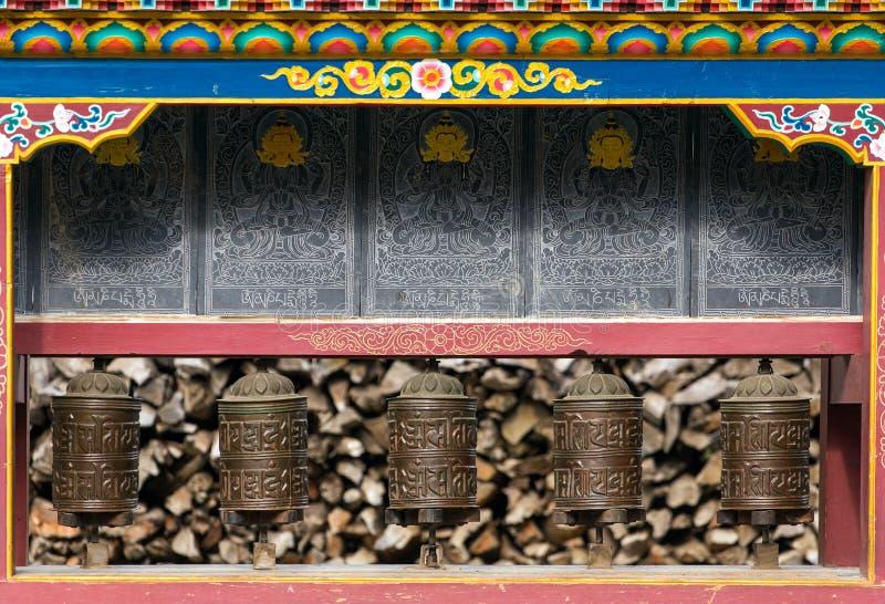 Βουδιστικός τοίχος mani προσευχής με τις ρόδες προσευχής στο νεπαλικό χωριό στοκ εικόνα