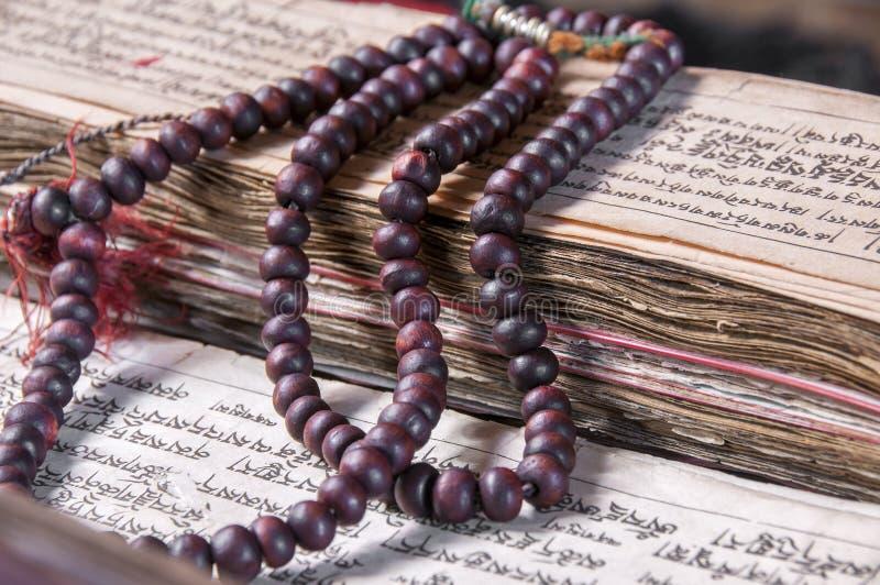 Βουδιστικό θρησκευτικό mala japa στο χειρόγραφο στοκ φωτογραφίες
