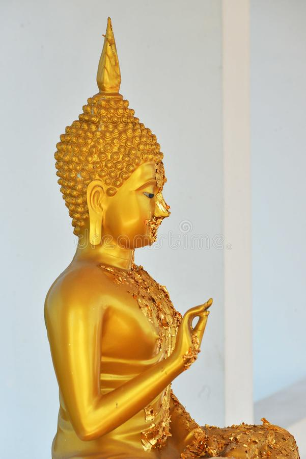 Βούδας με το χρυσό ραβδί ταινιών σε το στοκ φωτογραφία με δικαίωμα ελεύθερης χρήσης