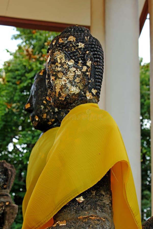 Βούδας ντυμένος στο Μαύρο με μια κίτρινη τήβεννο στοκ φωτογραφία
