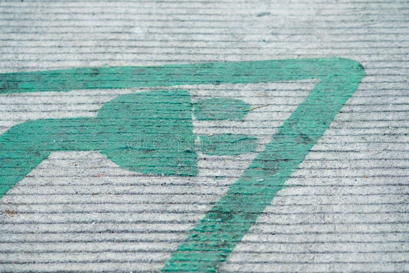 Βούλωμα συμβόλων για το ηλεκτρικό αυτοκίνητο που χρεώνει στο έδαφος στοκ φωτογραφίες με δικαίωμα ελεύθερης χρήσης