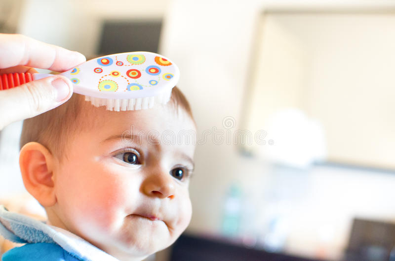 Βούρτσα γηα τα μαλλιά μωρών νεογέννητη στοκ εικόνες