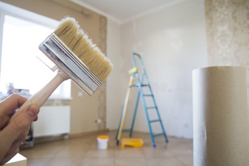 Βούρτσα για την ανακαίνιση στο διαμέρισμα στοκ εικόνες με δικαίωμα ελεύθερης χρήσης