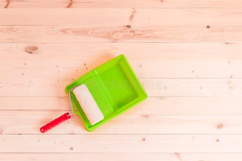 Βούρτσα κυλίνδρων χρωμάτων στο ξύλινο υπόβαθρο στοκ εικόνα με δικαίωμα ελεύθερης χρήσης