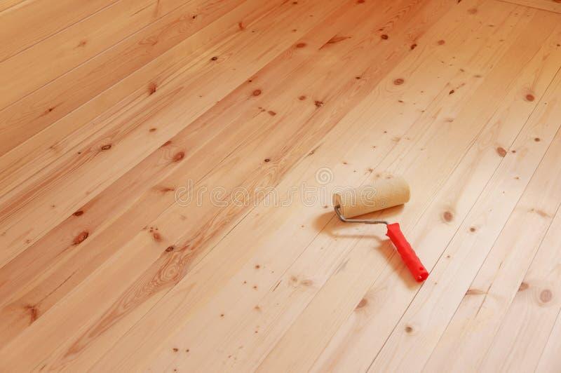 Βούρτσα κυλίνδρων χρωμάτων στο ξύλινο υπόβαθρο στοκ φωτογραφία με δικαίωμα ελεύθερης χρήσης