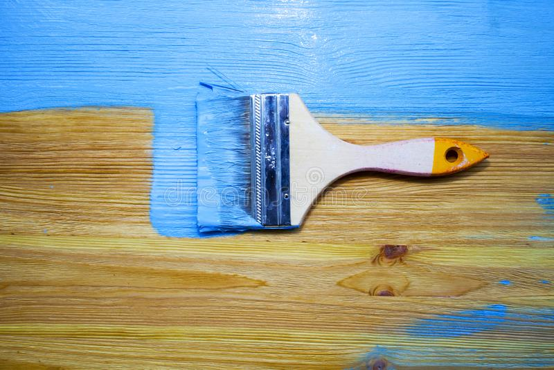 Βούρτσα με το μπλε χρώμα στο ξύλινο υπόβαθρο στοκ φωτογραφίες