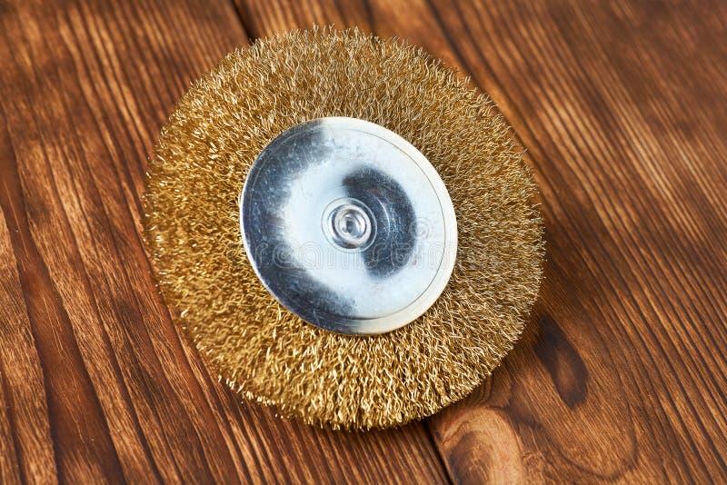 Βούρτσα ορείχαλκου για τη μηχανή τρυπανιών στο ξύλινο υπόβαθρο στοκ φωτογραφία με δικαίωμα ελεύθερης χρήσης