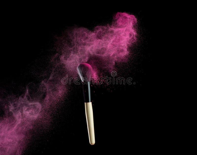 Βούρτσα σύνθεσης με τη ρόδινη έκρηξη σκονών στο Μαύρο στοκ φωτογραφία με δικαίωμα ελεύθερης χρήσης