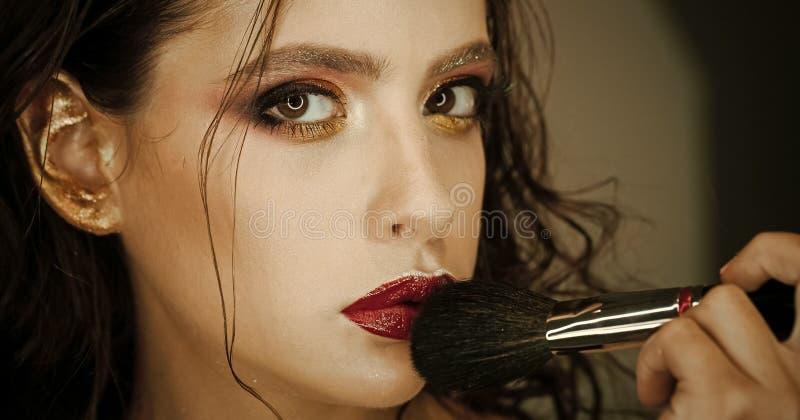 Βούρτσα χρήσης γυναικών makeup, visage Το πρότυπο ομορφιάς εφαρμόζει τη σκόνη στο πρόσωπο, καλλυντικά Γυναίκα με την τέχνη makeup στοκ φωτογραφία με δικαίωμα ελεύθερης χρήσης