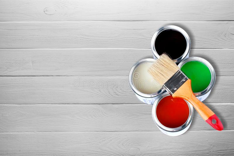 Βούρτσα χρωμάτων και δοχεία χρωμάτων για την επισκευή σε ξύλινο στοκ φωτογραφίες με δικαίωμα ελεύθερης χρήσης