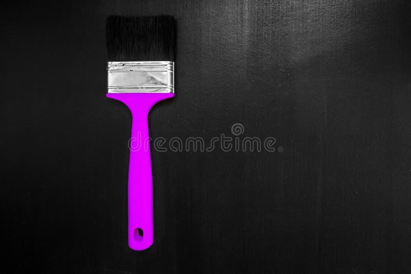 Βούρτσα χρωμάτων σε ένα μαύρο υπόβαθρο στοκ εικόνα
