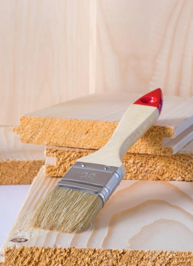 Βούρτσα χρωμάτων στα κομμάτια του ξύλου στοκ εικόνα με δικαίωμα ελεύθερης χρήσης