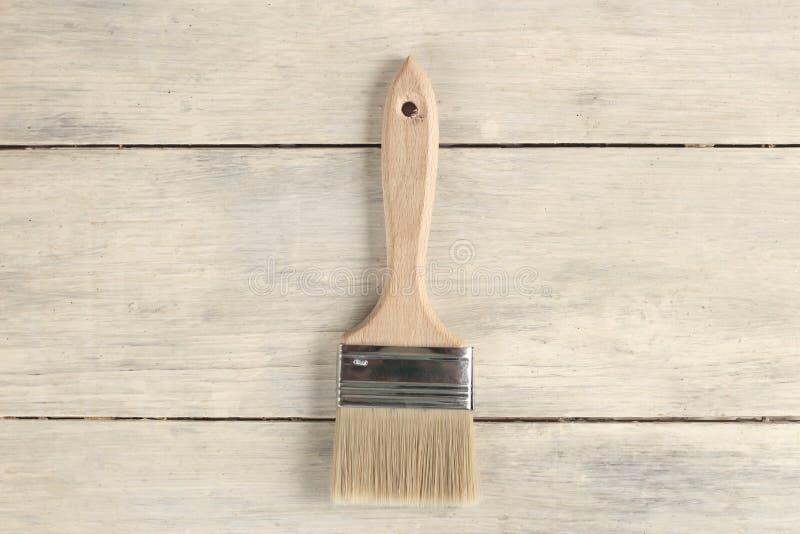 Βούρτσα χρωμάτων στον παλαιό άσπρο εκλεκτής ποιότητας ξύλινο πίνακα σανίδων Θέση για το κείμενο ή το λογότυπο στοκ εικόνα με δικαίωμα ελεύθερης χρήσης