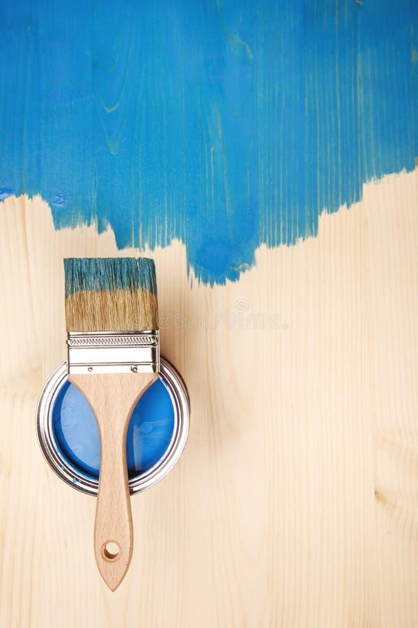 Βούρτσα χρωμάτων στο δοχείο στοκ εικόνες με δικαίωμα ελεύθερης χρήσης