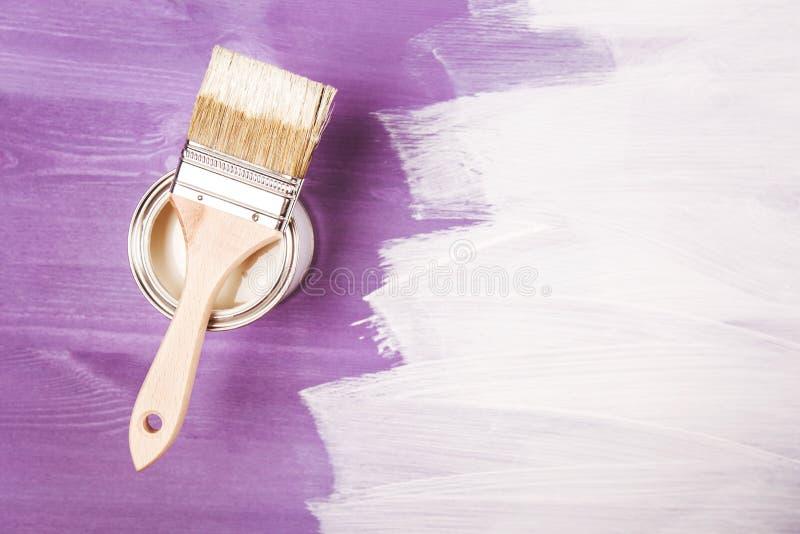 Βούρτσα χρωμάτων στο δοχείο στοκ εικόνα με δικαίωμα ελεύθερης χρήσης