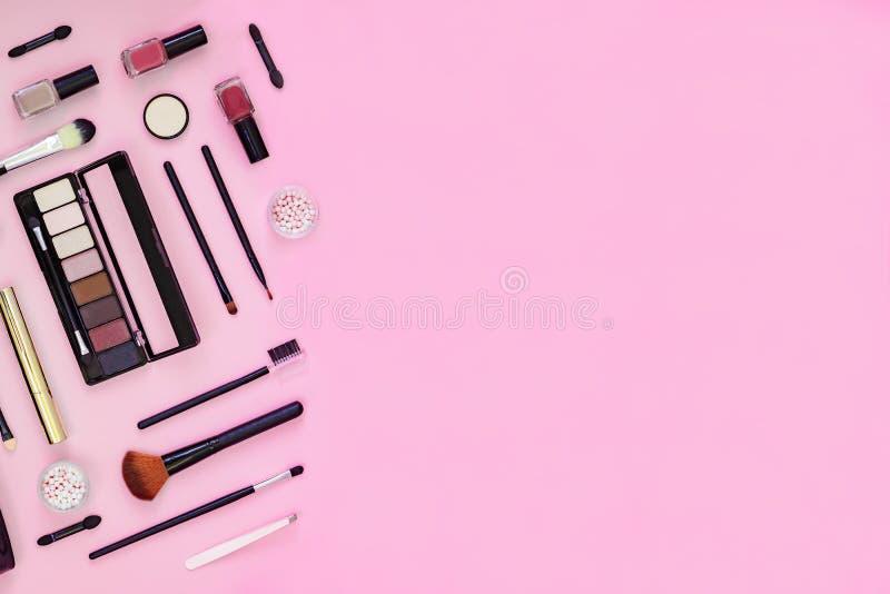Βούρτσα Makeup και διακοσμητικά καλλυντικά στο ρόδινο υπόβαθρο με το κενό διάστημα στοκ εικόνες με δικαίωμα ελεύθερης χρήσης