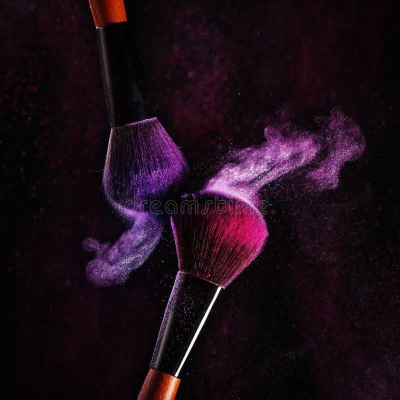 Βούρτσες για να ισχύσει makeup σε ένα μαύρο υπόβαθρο στοκ φωτογραφίες με δικαίωμα ελεύθερης χρήσης