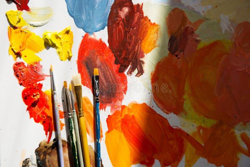 Βούρτσες καλλιτεχνών ` s σε μια παλέτα στοκ εικόνα με δικαίωμα ελεύθερης χρήσης