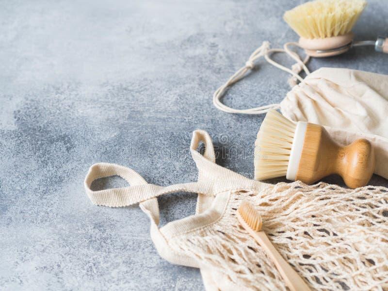 Βούρτσες πλύσης πιάτων, οδοντόβουρτσες μπαμπού, επαναχρησιμοποιήσιμη τσάντα Βιώσιμος τρόπος ζωής μηδενικά έννοια αποβλήτων Καθαρί στοκ φωτογραφίες με δικαίωμα ελεύθερης χρήσης