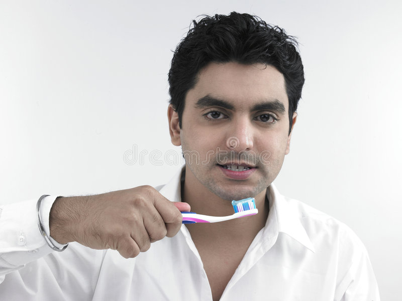 βούρτσισμα των νεολαιών δοντιών ατόμων του στοκ φωτογραφίες