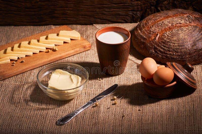 Βούτυρο και τυρί και γάλα για το πρόγευμα, πέρα από το αγροτικό ξύλινο υπόβαθρο με το διάστημα αντιγράφων Πρόγευμα πρωινού στοκ φωτογραφίες