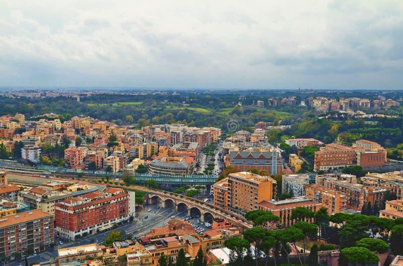 Βράδυ οικοδόμησης πανοράματος της Ρώμης Άποψη στεγών της Ρώμης με την αρχαία αρχιτεκτονική στην Ιταλία στοκ φωτογραφίες