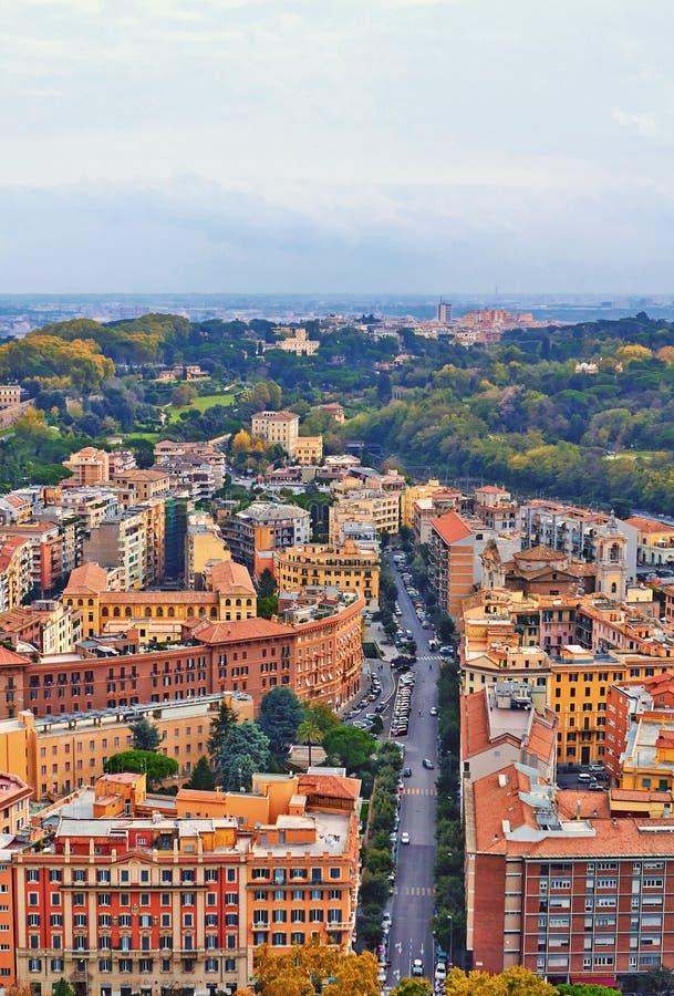 Βράδυ οικοδόμησης πανοράματος της Ρώμης Άποψη στεγών της Ρώμης με την αρχαία αρχιτεκτονική στην Ιταλία στοκ εικόνες