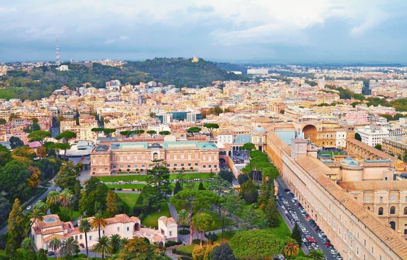 Βράδυ οικοδόμησης πανοράματος της Ρώμης Άποψη στεγών της Ρώμης με την αρχαία αρχιτεκτονική στην Ιταλία στοκ φωτογραφία