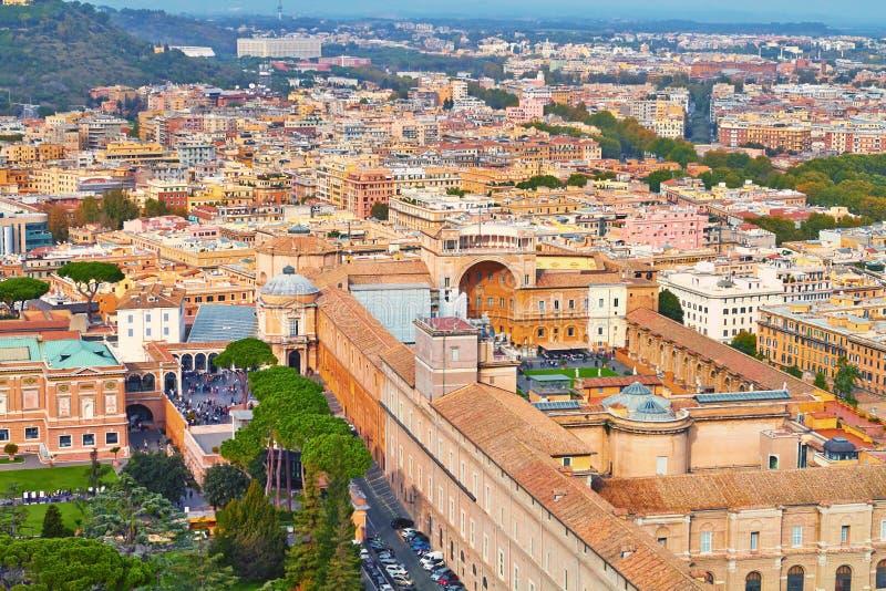 Βράδυ οικοδόμησης πανοράματος της Ρώμης Άποψη στεγών της Ρώμης με την αρχαία αρχιτεκτονική στην Ιταλία στοκ φωτογραφίες με δικαίωμα ελεύθερης χρήσης