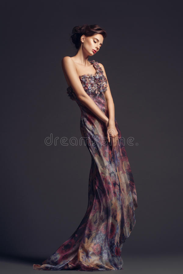 βράδυ φορεμάτων που φορά τη γυναίκα στοκ εικόνες