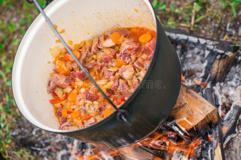 Βράζοντας, η καυτή goulash σούπα με το κρέας, πάπρικα, πατάτες, κρεμμύδι, καρότα είναι το παραδοσιακό πιάτο της ουγγρικής κουζίνα στοκ φωτογραφίες