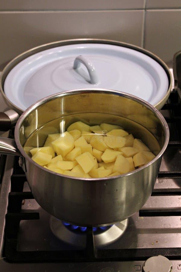 βράζοντας πατάτες στοκ εικόνα