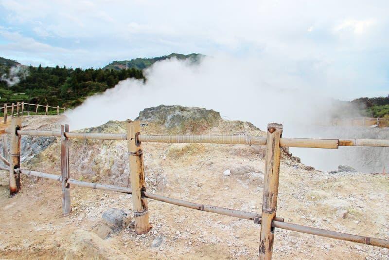 Βράζοντας το ηφαιστειακό krator που εσωκλείεται από έναν ξύλινο φράκτη στον ατμό στοκ φωτογραφία