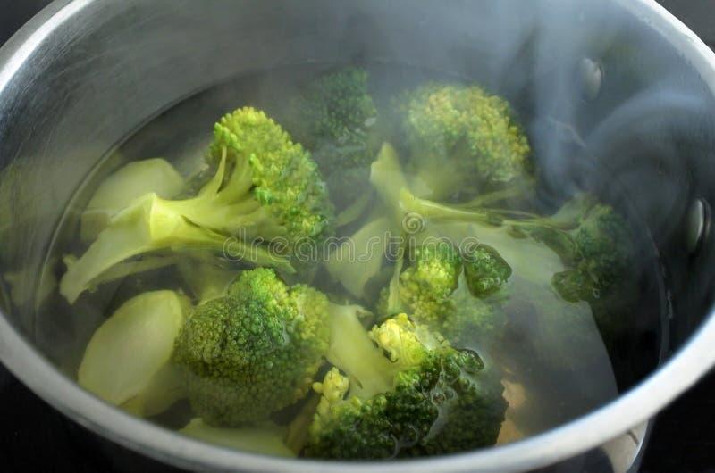 Βράζοντας BroccoliVegetable στον ατμό - μαγειρεύοντας λαχανικό μπρόκολου στοκ εικόνες με δικαίωμα ελεύθερης χρήσης
