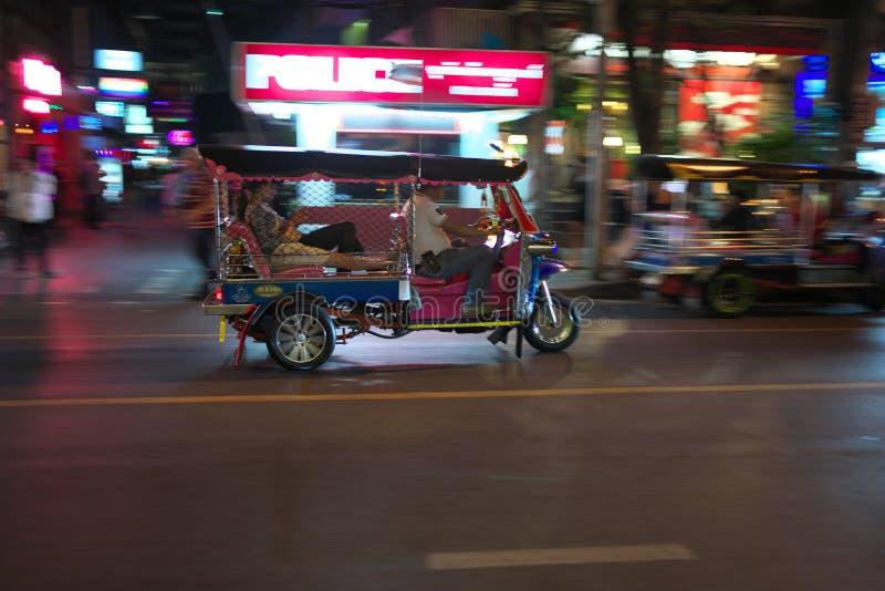 Βράση Tuk Tuk που τρέχει στην οδό Surawong κοντά σε Patpong τη νύχτα στη Μπανγκόκ στοκ φωτογραφία