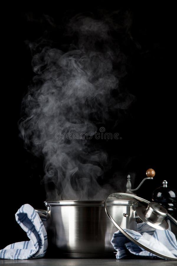 Βράσιμο στον ατμό του δοχείου στο μαύρο υπόβαθρο στοκ φωτογραφία με δικαίωμα ελεύθερης χρήσης