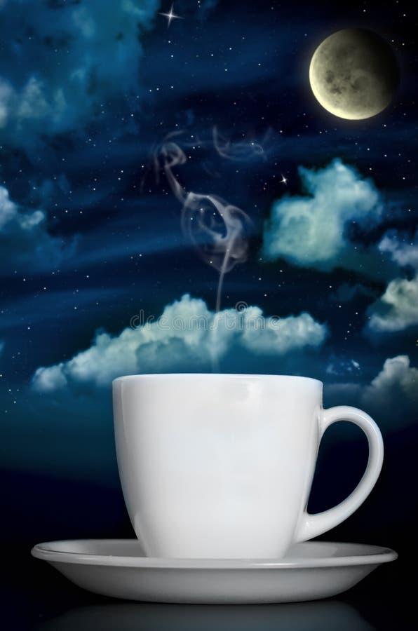 Βράσιμο στον ατμό του καφέ κάτω από το σεληνόφωτο απεικόνιση αποθεμάτων