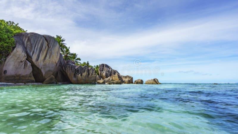 Βράχοι, άσπρη άμμος, φοίνικες, τυρκουάζ νερό στην τροπική παραλία, diqu Λα στοκ φωτογραφία με δικαίωμα ελεύθερης χρήσης