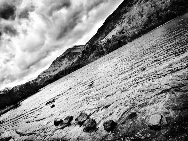 Βράχοι από τη λίμνη στοκ εικόνες με δικαίωμα ελεύθερης χρήσης