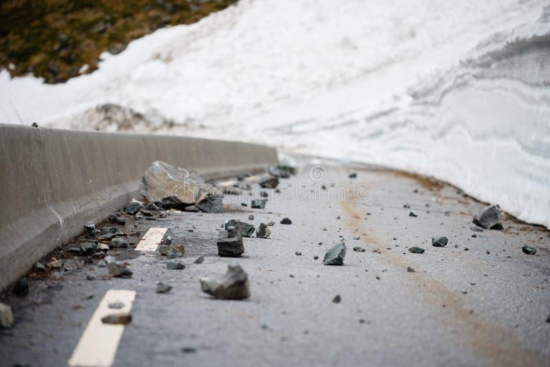 Βράχοι αφορημένος έναν δρόμο στοκ φωτογραφία με δικαίωμα ελεύθερης χρήσης