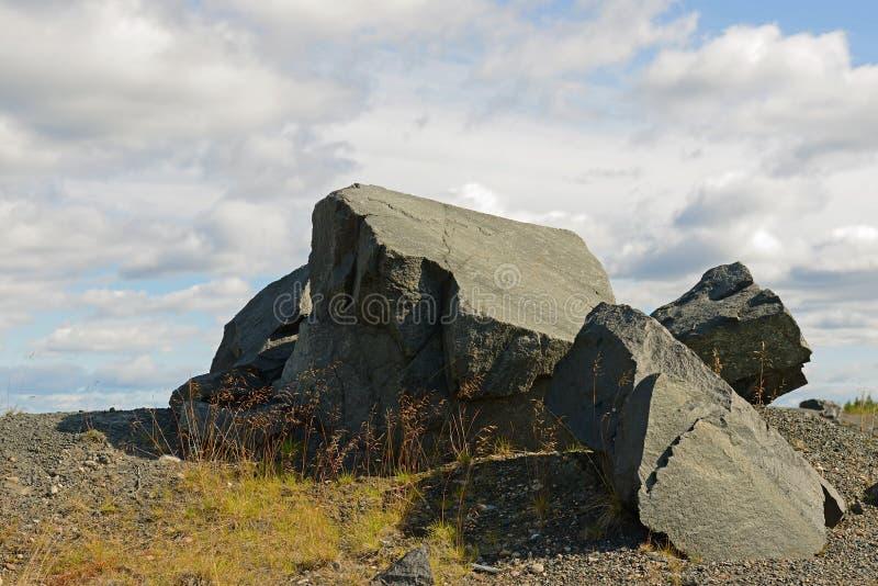 Βράχοι ενάντια στο μπλε ουρανό στοκ εικόνες με δικαίωμα ελεύθερης χρήσης
