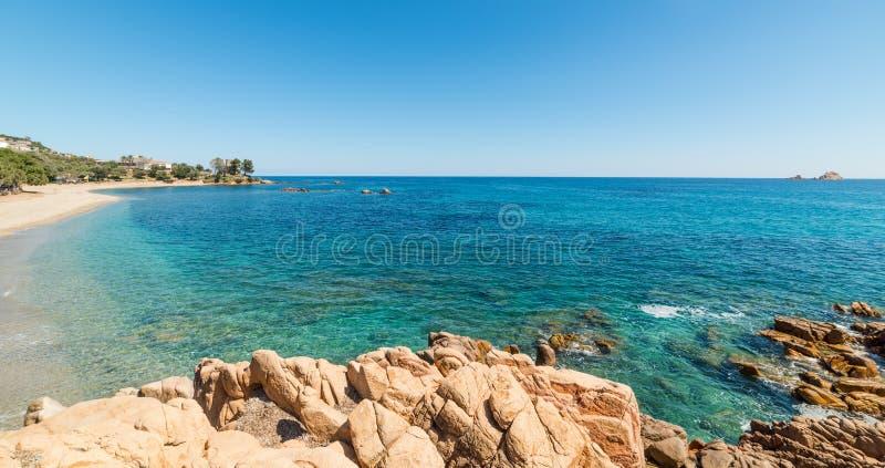 Βράχοι και άμμος στην παραλία της Σάντα Μαρία Navarrese στοκ φωτογραφία με δικαίωμα ελεύθερης χρήσης