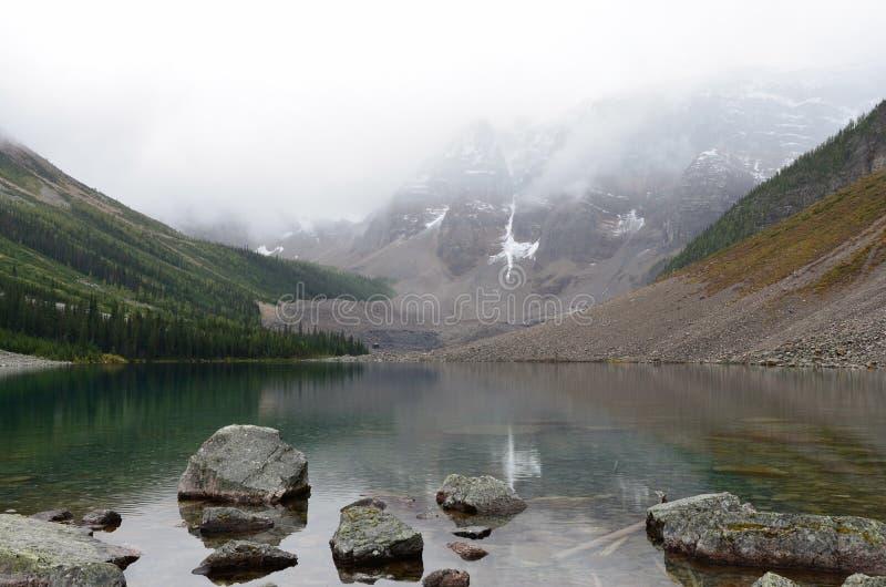 Βράχοι και βουνά στις λίμνες 6 παρηγοριάς στοκ εικόνες